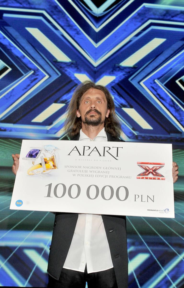 """Zwycięzca """"X Factor"""" Gienek Loska z czekiem na 100 tys, zł"""